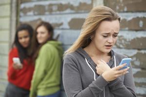 少女遭網路霸凌,不甘屈辱遂自盡